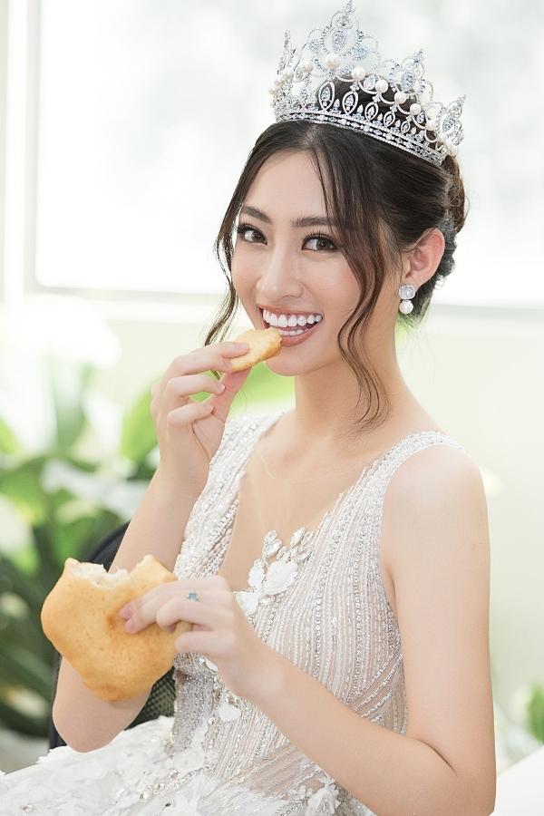 Bánh tiêu là món ăn yêu thích, gắn liền với tuổi thơ của Lương Thuỳ Linh. Nhưng vì hạn chế tinh bộ để giữ dáng, người đẹp chỉ dám ăn một ít bánh lót dạ.