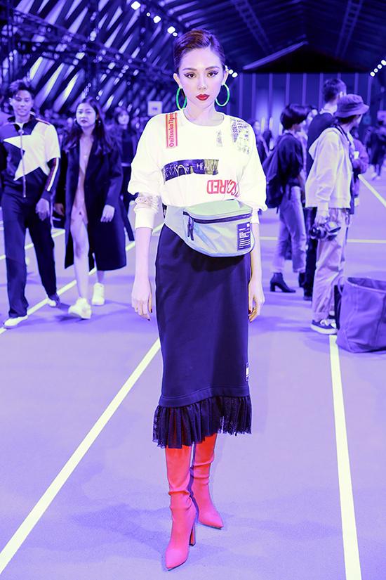 Ca sĩ ăn mặc cá tính và mix-match phụ kiện bắt mắt khi góp mặt tại show diễn quy tụ dàn kháchđến từ Nhật Bản, Trung Quốc, HongKong, Thái Lan.