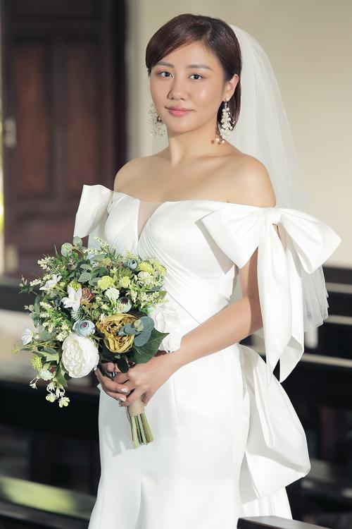 Mẫu đầm mà Văn Mai Hương diện được thực hiện gấp rút chỉ trong 2 ngày. Ý tưởng váy cưới đến từ stylist Tô Quốc Sơn và NTK Võ Thành Can.