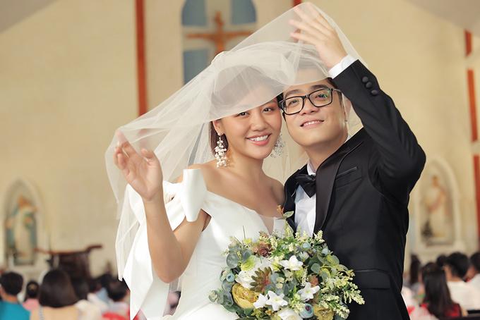 Văn Mai Hương chỉ kịp thử váy vào buổi tối để sáng hôm sau quay MV. Mẫu đầm là món quà mà Võ Thành Can dành tặng cho nữ nghệ sĩ thân thiết.