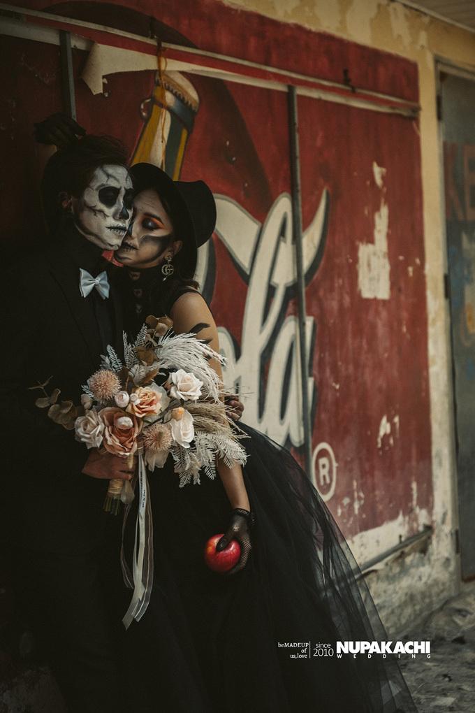 Đêm Halloween hài hước ấy đã trở thành lễ kỷ niệm ngày quen nhau của họ. 3 năm sau, họ quyết định thực hiện một bộ ảnh cưới theo concept Halloween để nhắc nhớ lại những hình ảnh đẹp, hài hước ngày mới quen.