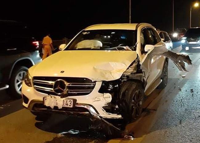 Chiếc Chevrolet biển số Thái Nguyên nát đầu và lật ngửa trên cầu Vĩnh Tuy sau va chạm với hai xe khác tối 24/10. Ảnh: Nguyễn Ngoan.