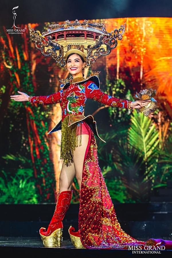 Đại diện Việt Nam mang hình ảnh Hội An - chùa Cầu lên sân khấu thi trang phục truyền thống. Gặp sự cố về dây đèn khiến bộ cánh không rực rỡ như dự kiến, Kiều Loan vẫn cố gắng trình diễn và lọt top 10 trang phục được yêu thích nhất.