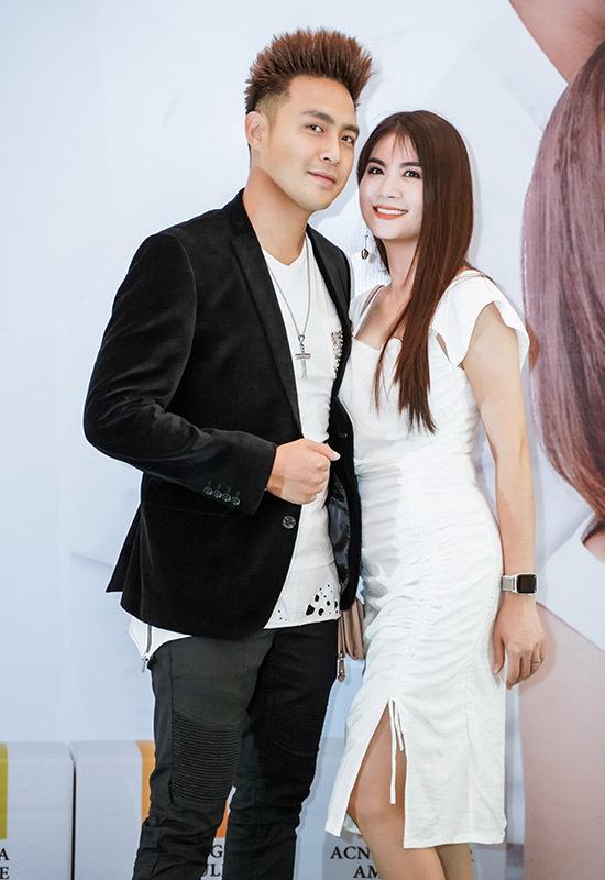 Thanh Duy và bà xã Kha Ly mặc ton-sur-ton đi sự kiện tại TP HCM.
