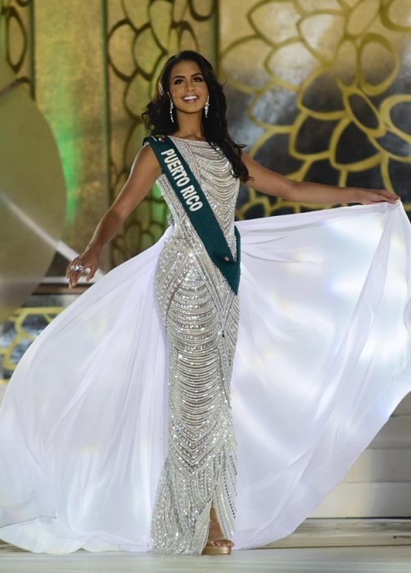 Người đẹp trình diễn dạ hội ở chung kết.
