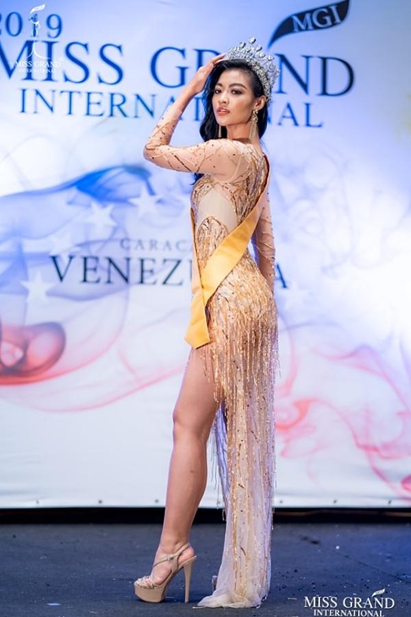 Nằm ở nhóm thí sinh có lượt bình chọn cao, Kiều Loan được chọn trình diễn giới thiệu những chiếc vương miện hoa hậu nỗi tiếng của Venezuela. Người đẹp đội vương miện của Miss Venezuela 2011-2012 và lôi cuốn bởi sải bước uyển chuyển.