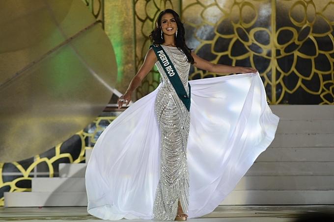 Nellys Pimentel catwalk với váy dạ hội trong chung kết Miss Earth.