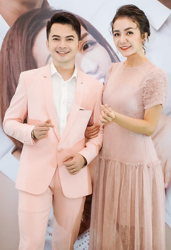 Ca sĩ Nam Cường cùng Á hậu Ái Châu làm MC buổi ra mắt thương hiệu mỹ phẩm Hàn Quốc do ca sĩ Dương Đình Trí mang về Việt Nam.