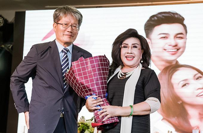 Nghệ sĩ Lệ Thuỷ lần đầu làm đại sứ thương hiệu, ủng hộ con trai kinh doanh mỹ phẩm Hàn Quốc. Bà được nhiều người khen trông vẫn trẻ trung, đầy năng lượng ở tuổi 70.