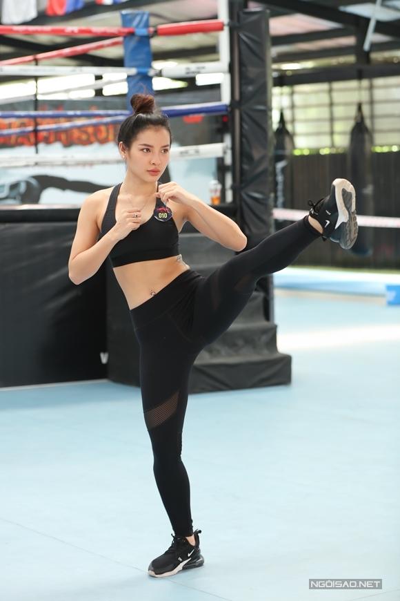 Phương Trinh Jolie chia sẻ với Ngoisao.net, cô đam mê võ thuật từ lâu, từng tập Aikido nhưng không duy trì lâu dài được vì bận công việc. Nữ ca sĩ tự tin lợi thế ngoại hình nhờ thường xuyên tập gym, yoga. Cô không sợ chấn thương khi đóng phim hành động bởi khi tập thể thao, cô từng bị trật khớp, bong gân. Cô cũng cho rằng, một người có thâm niên làm đả nữ như Ngô Thanh Vân còn bị thương, người mới như cô và nhiều người khác khó tránh khởi việc này. Nói về cái bóng quá lớn của đàn chị, Jolie Phương Trinh cho biết cô không lo lắng: Mỗi người là một bông hoa. Tôi không thể so sánh mình với người khác bởi như vậy là tự coi thường bản thân và cũng làm mình đánh mất sự tự tin. Họ đẹp ở lĩnh vực của họ, tôi cũng cố gắng đẹp theo cách của tôi.