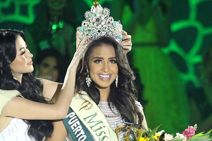Nellys nhận vương miện từ Miss Earth 2018 - Nguyễn Phương Khánh. Ảnh: Missosology