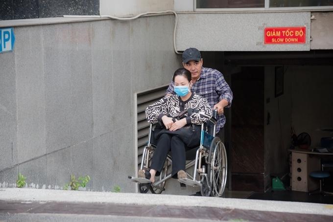 Trung Dũng đẩy Nhật Kim Anh bằng xe lăn.