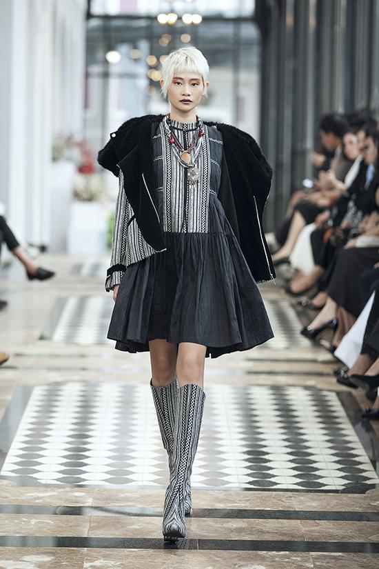 Nhà thiết kế giới thiệu các trang phục thuộc hai trường phái ready-to-wear lẫn haute couture, với số lượng lên đến hơn 150 thiết kế.