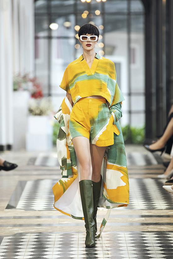 Đan xen với tông đen trắng, sắc vàng rực rỡ lấy cảm hứng từ những cánh đồng lúa chín của Sa Pa cũng được Lê Thanh Hoà thể hiện cuốn hút ở bộ sưu tập thu đông 2019.
