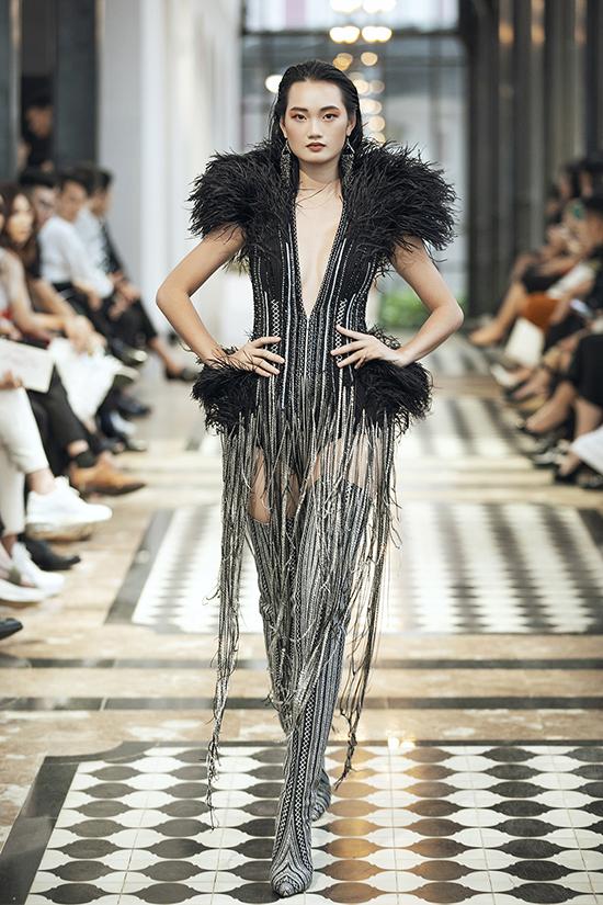 Khán giả có mặt tại chương trình đều trầm trồ trước những thiết kế ấn tượng của Lê Thanh Hoà với kỹ thuậtdraping, tailor vest, xếp vải, dập ly, đính kết sắc sảo.