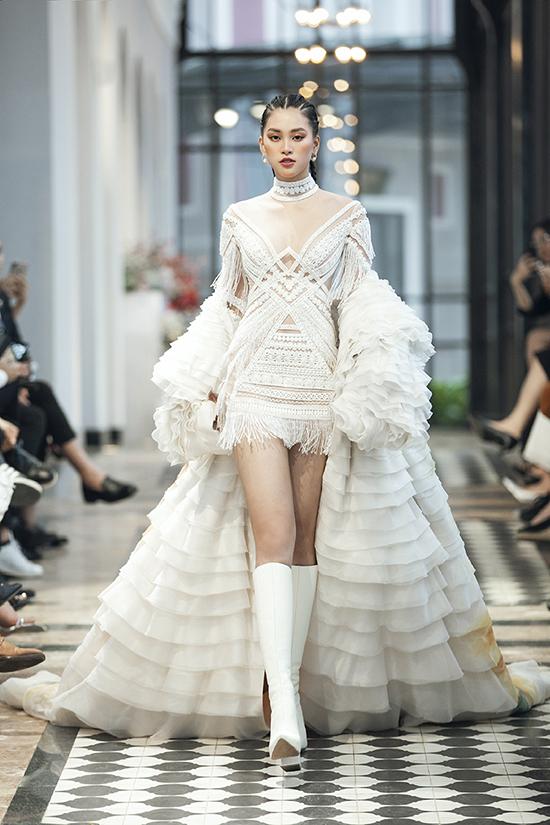 Người đẹp diện bộ trang phục trắng đầy cá tính, kết hợp cùng kiểu tóc độc đáo, tự tin sải bước trên sàn diễn.