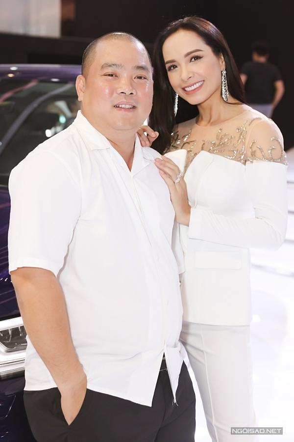 Minh Khang - Thuý Hạnh diện trang phục màu trắng ton-sur-ton. Cựu người mẫu hạnh phúc khoe nhẫn cưới và nhẫn kỷ niệm trên bản tay. Sau 13 năm kết hôn, cặp đôi hiện có hai con gái Suli và Suti ngày càng xinh xắn, học giỏi.