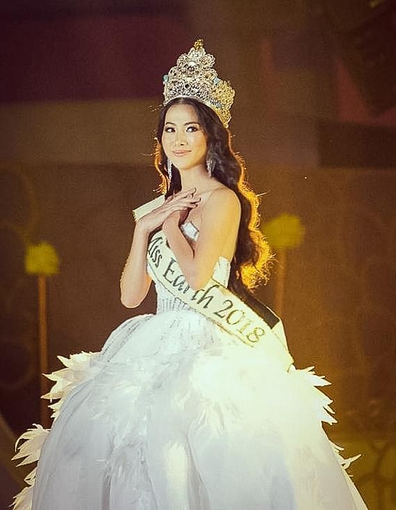Phương Khánh xuất hiện lần cuối trên sân khấu với vai trò đương kim Miss Earth. Cô diện váy của nhà thiết kế Linh San, đội vương miện lộng lẫy.