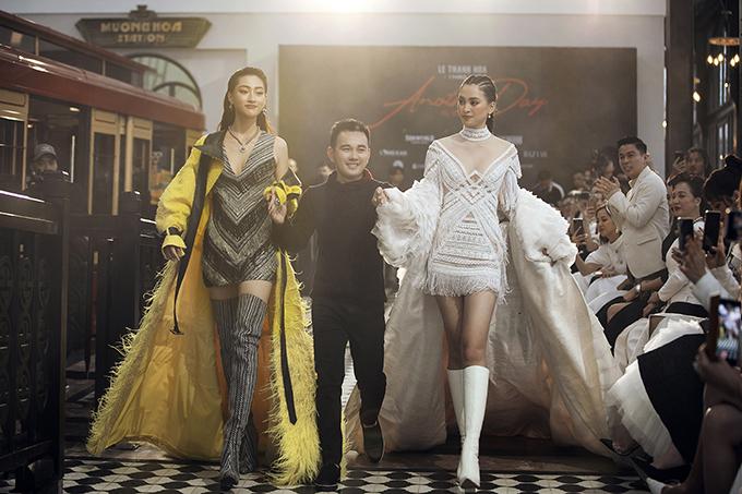 Bộ đôi người đẹp Thùy Linh (trái) và Tiểu Vy (phải)cùng Lê Thanh Hòa (đứng giữa) và toàn bộ người mẫu tiến ra chào kết.