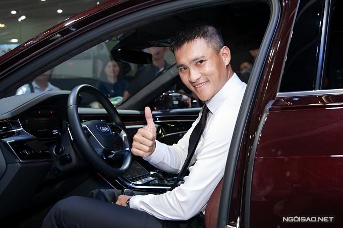 Anh hào hứng trải nghiệm các dòng xe sang được giới thiệu ở sự kiện.