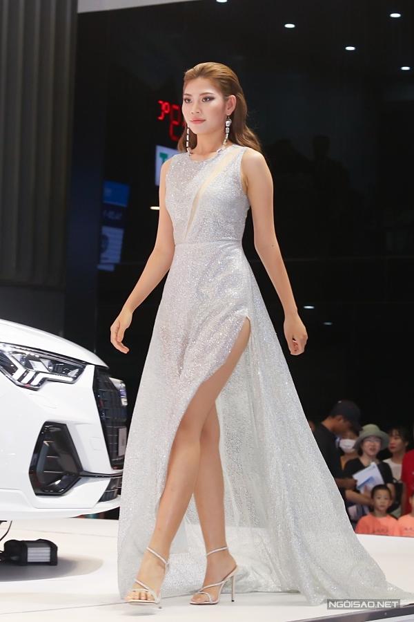 Sự kiện còn có phần trình diễn thời trang, quy tụ dàn người đẹp nổi tiếng. Trong ảnh là Á quân The Face 2016 Chúng Huyền Thanh.