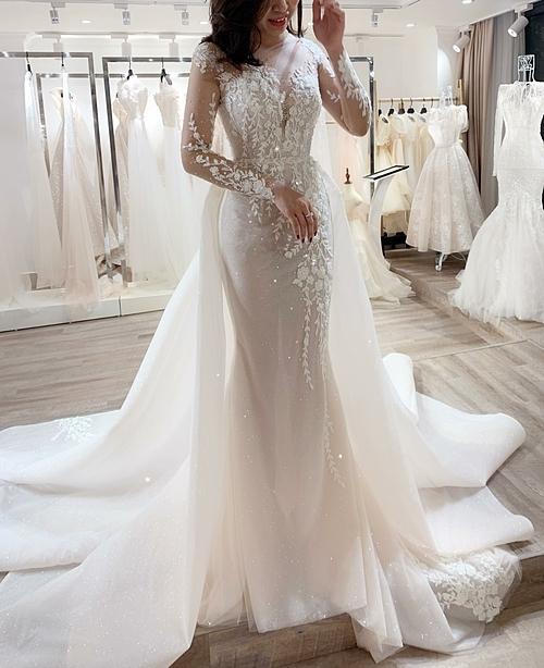 Bà tiên váy cưới Phương Linh gợi ýlựa chọn mẫu váy này với kiểu tay dài cho hôn lễ mùa thu - đông bởi tính thời trang và giúp cô dâu không bị lạnh khi tiết trời thay đổi.