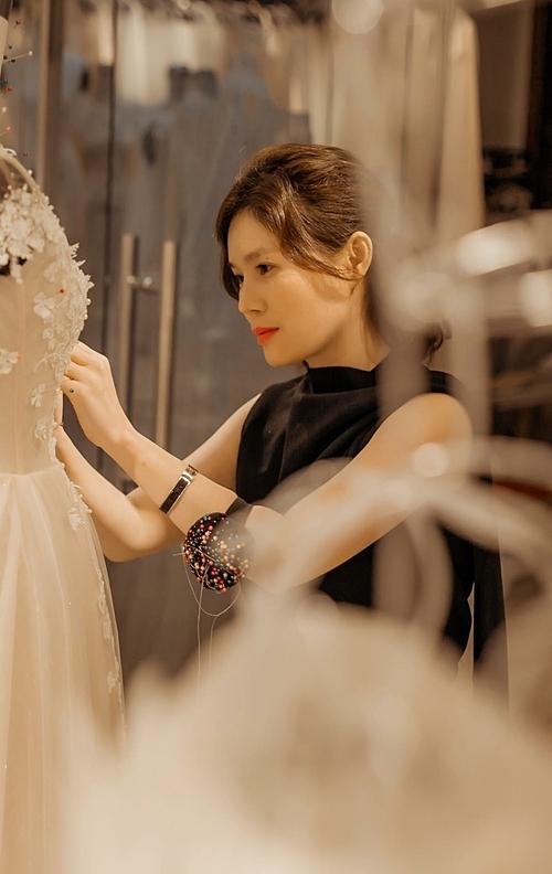 NTK Phương Linh khuyên cô dâu nên chọn những thiết kế tinh giản về trang trí, cóđiểm nhấn hợp lý để tạo phong cách sang trọng, không bị rườm rà. Đây là dòng chảy xu hướng thời trang chung trên toàn thế giới.