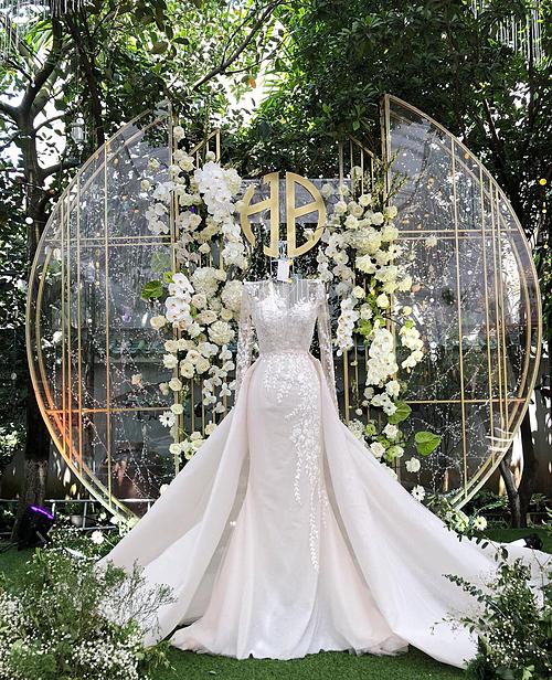 Cô dâu hiện nay thường lựa chọn hai bộ váy cho ngày hôn lễ. Một chiếc sang trọng, lộng lẫy khi thực hiện phần lễ và chiếc còn lại thoải mái, gọn gàng hơn giúp cô dâu thuận tiện khi đi bàn hay tham gia các màn khiêu vũ ở cuối hôn lễ. Tuy nhiên, điều này có một bất tiện là cô dâu sẽ cầnthay đổi xiêm y liên tục cũng như không phải lúc nào cũng chọn được hai chiếc váy đồng điệu. Thiết kế 2 trong 1 có thể giải quyết được tất cả những vấn đề này -đó là lý do tại sao nó luôn có mặt trong danh sách best seller(bán chạy nhất) của cả thương hiệu thời trang cưới trong và ngoài nước.