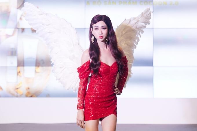 Hải Triều cũng được khen ngợi về nhan sắc khi giả gái. Hai diễn viên hài vừa trình diễn vừa giới thiệu sản phẩm làm đẹp mới do siêu mẫu Xuân Lan sản xuất.