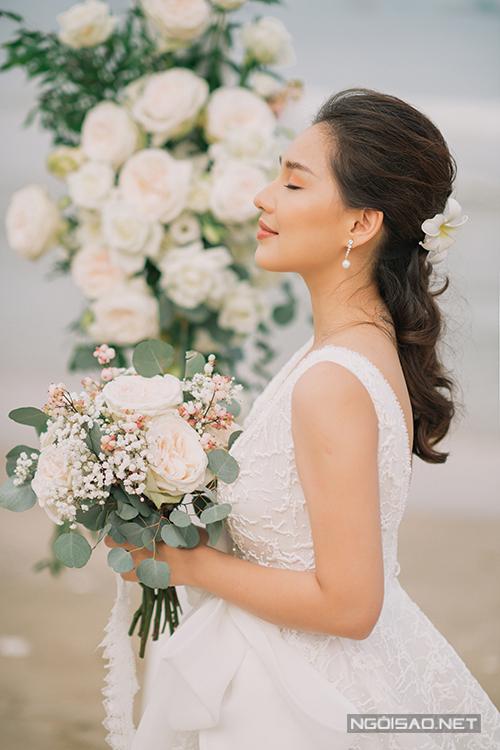 Cô dâu chọn kiểu makeup nhẹ nhàng, tươi tắn với tông cam cháy, hài hòa với concept ảnh rustic bên biển Phan Thiết.