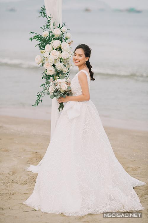 Các bộ cánh mà cô dâu mặc trong bộ hình đều đến từ người anh thân thiết - NTK Vĩnh Thụy. Mẫu đầm mà cô dâu diện có thiết kế cổ chữ V giúp khoe khéo vòng 1 trên nền ren cao cấp họa tiết san hô.
