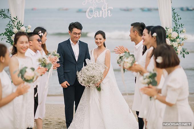 Uyên ương chụp hình cưới với sự giúp đỡ, góp mặt của nhiều bạn bè thân thiết.
