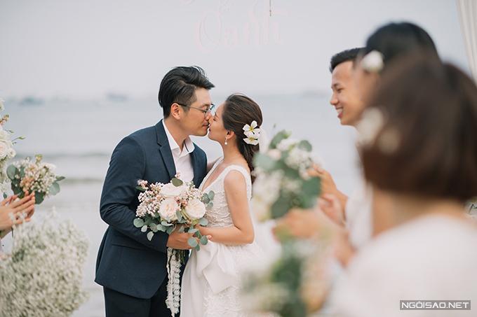 Và trao nhau nụ hôn ngọt ngào - điều không thể thiếu trong một bộ hình cưới.
