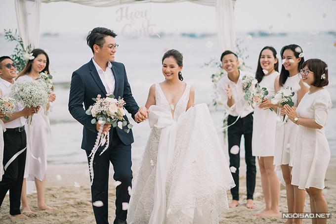 Kiều Oanh và Đặng Hiếu đã tổ chức lễ vu quy ở quê nhà cô dâu - TP Huế ngày 25/10 ở TP Huế. Ngày 2/11, cả hai sẽ tổ chức hôn lễ ở Hà Nội.