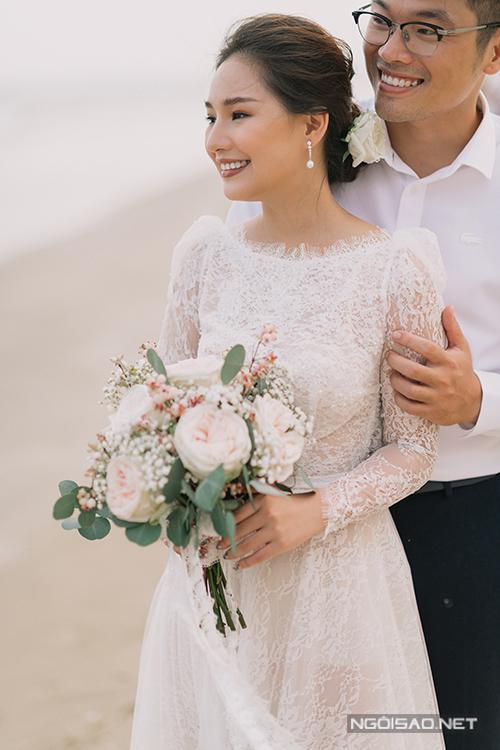 Bộ cánh được NTK Vĩnh Thụy dành cho những cô dâu mang vẻ đẹp dịu dàng, thánh thiện nhưng vẫn tạo được nét cá tính nổi bật. Váy ren có thiết kế dài tay với phần nhún phồng vai duyên dáng.