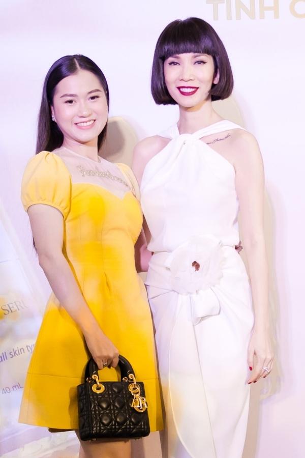 Lâm Vỹ Dạ diện đầm vàng nổi bật đi sự kiện và chúc đàn chị ngày càng thành công ở lĩnh vực kinh doanh.
