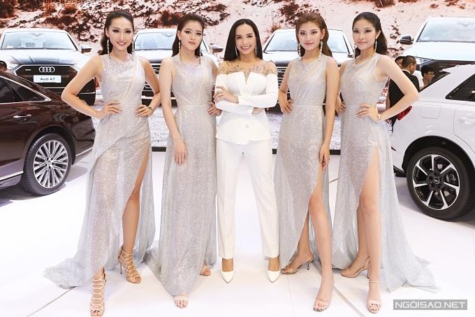 Các người mẫu chụp ảnh kỷ niệm cùng đàn chị Thúy Hạnh.