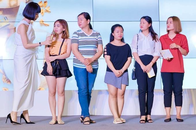 Xuân Lan dành tặng các món quà, đồng thời lắng nghe ý kiến sử dụng sản phẩm từ các chị em phụ nữ.