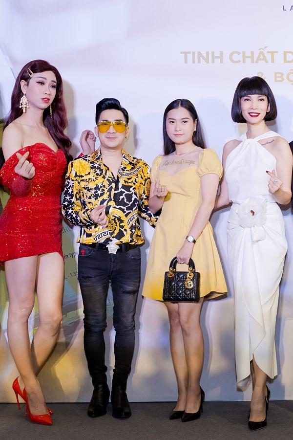 Ca sĩ Quang Hà lọt thỏm khi đọ dáng cùng các nghệ sĩ khác.