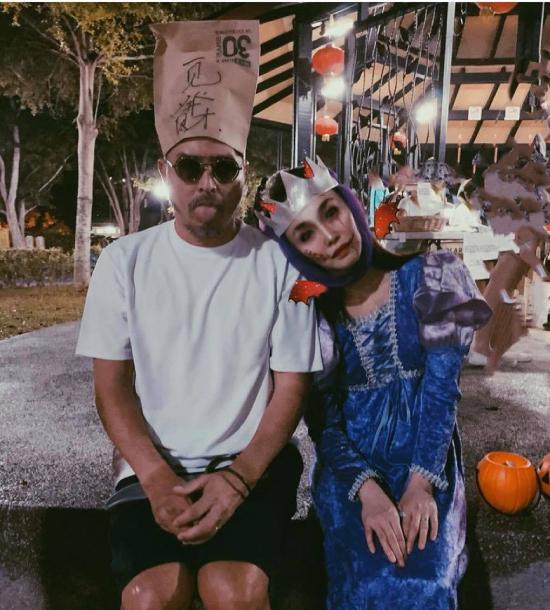 Cũng như nhiều ngôi sao khác, vợ chồng diễn viên Singapore Phạm Văn Phương và Lý Minh Thuận hóa trang thành các nhân vật như Hoàng hậu ma cà rồng, pháp sư... nhân ngày lễ Halloween (31/10) sắp tới gần. Cặp sao chia sẻ những shot hình ấn tượng trên mạng xã hội, khiến khán giả thích thú.