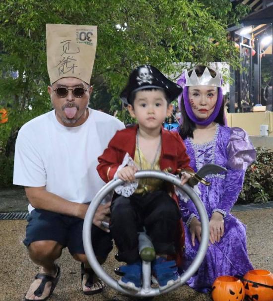 Gia đình ba người hòa vào không khí Halloween sôi động.