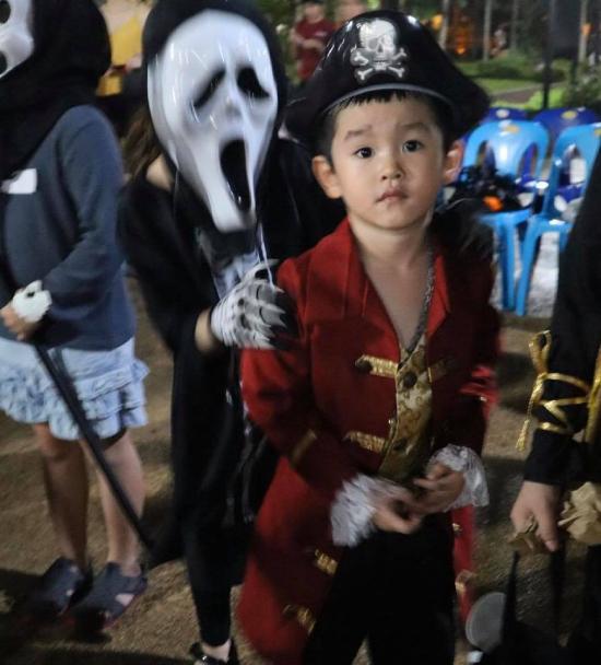 Cậu bé Zed năm nay 5 tuổi, rất hào hứng tham gia lễ Halloween. Trả lời phỏng vấn cách đây ít lâu, Văn Phương từng cho biết sẽ không sinh thêm con mà dồn sức chăm sóc bé Zed thật tốt.