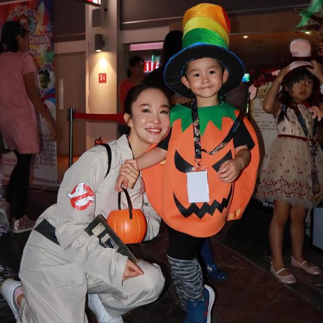 Trước đó, Zed được mẹ cho tham gia hoạt động chào ngày lễ này tại khu vui chơi.