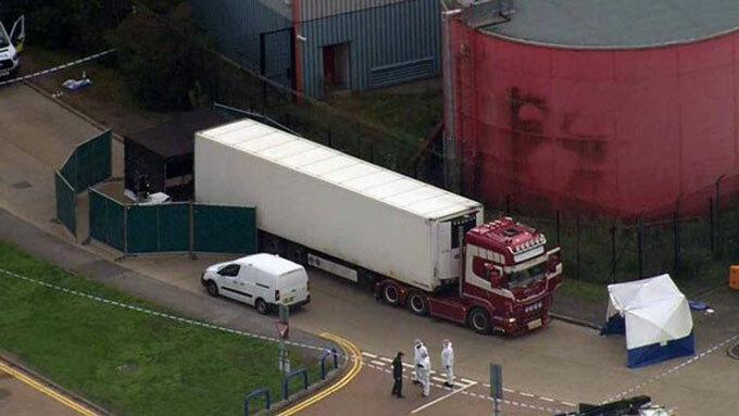 Chiếc xe tải đậu tại khu công nghiệp Waterglade hôm 23/10. Ảnh: splashnews.