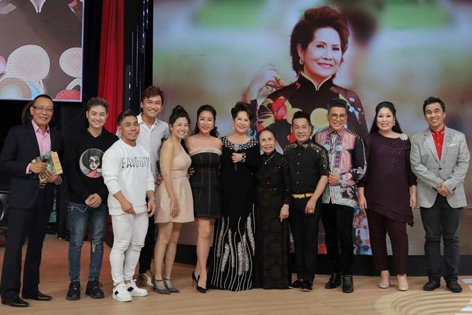 Các nghệ sĩ cùng chụp ảnh kỷ niệm với danh ca Phương Dung.