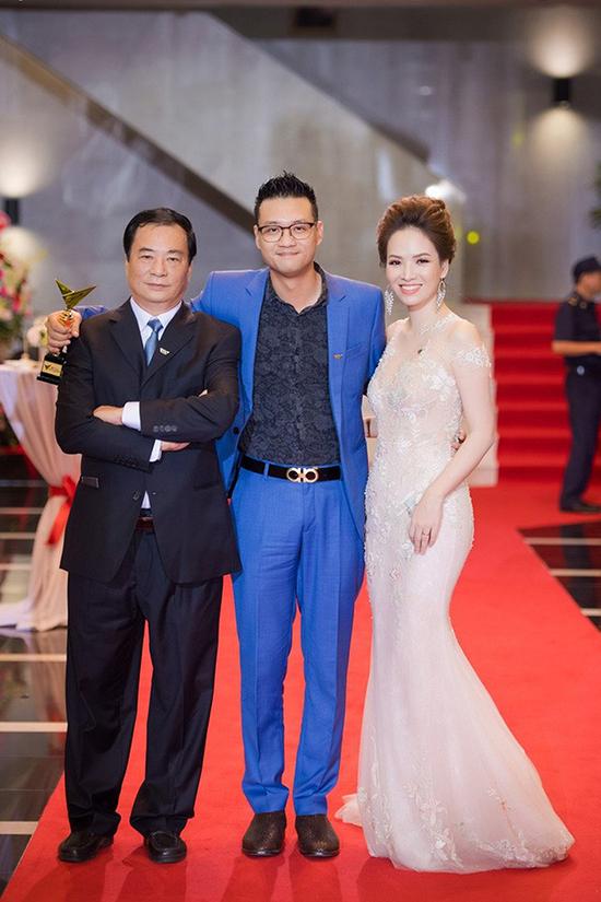 NSND Khải Hưng và vợ chồng con trai Khải Anh tại VTV Awards 2017.