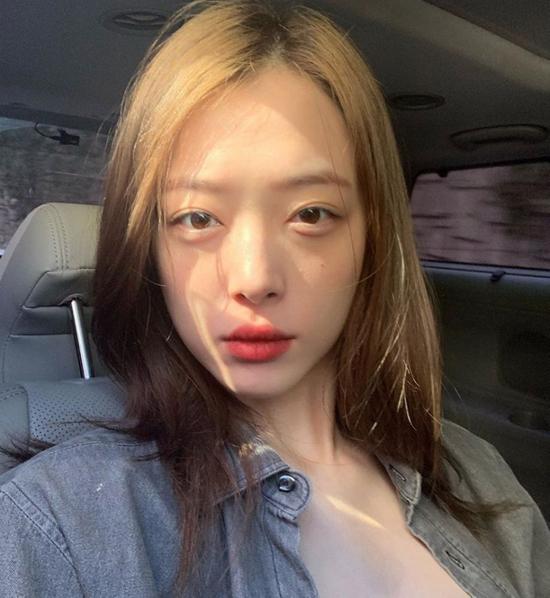 Hình ảnh cuối cùng của Sulli được cô chia sẻ trên Instagram.Sulli - tên thật là Choi Jin Ri đã tự tử ngày 14/10 tại nhà riêng khi tuổi đời mới 25, để lại nhiều thương xót cho gia đình, khán giả, đồng nghiệp và bè bạn.