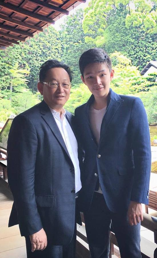 Ông Ping Tse - cha của thiếu gia mới nổi nàyxuất thân trong một gia đình quyền quý ở Trung Quốc, nhưng gia đình ông lại di cư sang Thái vào thập niên 50. Ông Tsethành lập Sino Biopharmaceutical vào năm 1997. Doanh nghiệp này hiện là đế chế dược phẩm có quy mô 12,5 tỷ USD và 18.649 nhân viên, theo Forbes. Sino Biopharmaceutical chuyên phân phối, nghiên cứu, phát triển, sản xuất và bán các sản phẩm dược phẩm sinh học để điều trị bệnh mắt và bệnh viêm gan. Ảnh: Instagram.