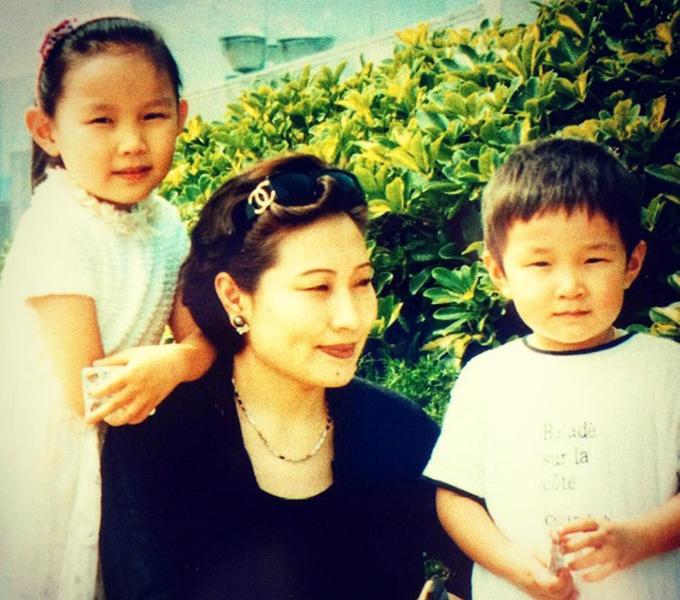 Eric Tsse là con trai độc nhất của nhà sáng lập Sino Biopharmaceutical - Ping Tse và vợ Cheng Cheung Ling. Cha của thiếu gia 24 tuổi nàyxuất thân trong một gia đình quyền quý ở Trung Quốc, nhưng gia đình ông Ping Tse lại di cư sang Thái vào thập niên 50. Eric sinh ra tại Mỹ và còn có một người chị là Theresa, hiện là chủ tịch của tập đoàn Sino Biopharmaceutical. Hình ảnh Eric (phải) chụp cùng mẹ và chị gái khi mới lên 4. Ảnh: Instagram,