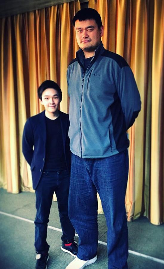 Eric Tse yêu đam mê cácmôn thể thao, đặc biệt yêu thích bóng rổ. Cầu thủ bóng rổ nổi tiếng Diêu Minh (phải) của Trung Quốc là một trong những ngôi sao yêu thích nhất của thiếu gia giàu có này. Ảnh: Instagram.